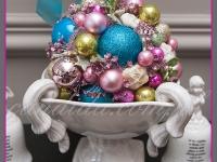 bożonarodzeniowa patera z ozdobami świątecznymi, dekoracje bożonarodzeniowe restauracji