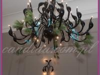 imponujący designerski żyrandol z dekoracjami bożonarodzeniowymi, dekoracje bożonarodzeniowe restauracji