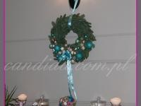 wianek świąteczny, patera z ozdobami świątecznymi, dekoracja bożonarodzeniowa w restauracji