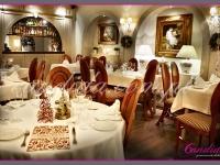 dekoracje świąteczne restauracji, małe choinki z drutu na stołach, wianki bożonarodzeniowe,  dekoracje bożonarodzeniowe, dekoracje świąteczne