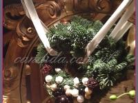 wianek bożonarodzeniowy z ozdobami świątecznymi, dekoracje bożonarodzeniowe, dekoracje świąteczne