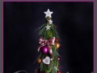 choinka z jodły z dekoracjami w ceramicznym naczyniu, dekoracje bożonarodzeniowe, dekoracje świąteczne