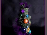 choinka z jodły z ozdobami świątecznymi i piórami, dekoracje bożonarodzeniowe, dekoracje świąteczne