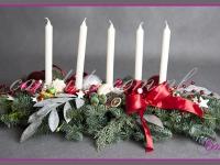 stroik świąteczny z pięcioma świecami i ozdobami, dekoracje bożonarodzeniowe, dekoracje świąteczne