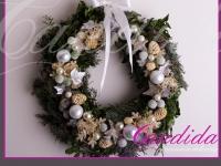 wianek bożonarodzeniowy z ozdobami, dekoracje bożonarodzeniowe, dekoracje świąteczne