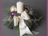 stroik świąteczny ze świecą i ozdobami, dekoracje bożonarodzeniowe, dekoracje świąteczne