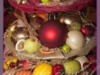 trzy poziomowa patera z dekoracjami świątecznymi, dekoracje świąteczne restauracji, dekoracje bożonarodzeniowe, dekoracje świąteczne