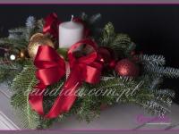 stroik świąteczny z ozdobami i świecą, dekoracje bożonarodzeniowe, dekoracje świąteczne