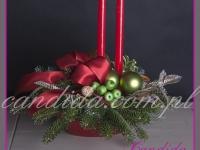 stroik świąteczny z dwiema czerwonymi świecami, dekoracje bożonarodzeniowe, dekoracje świąteczne