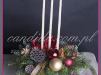 stroik świąteczny z trzema świecami i ozdobami świątecznymi, dekoracje bożonarodzeniowe, dekoracje świąteczne