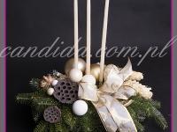 stroik świąteczny z trzema świecami w jasnych kolorach, dekoracje bożonarodzeniowe, dekoracje świąteczne