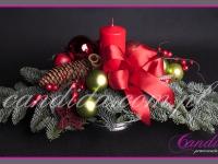 stroik świąteczny z jedną świecą na srebrnej paterze, dekoracje bożonarodzeniowe, dekoracje świąteczne