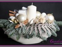 stroik świąteczny ze świecą w dużym naczynu ceramicznym, dekoracje bożonarodzeniowe, dekoracje świąteczne