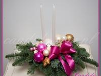 stroik świąteczny z dwoma długimi świecami, dekoracje bożonarodzeniowe, dekoracje świąteczne