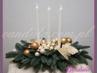stroik świąteczny z trzema długimi świecami, dekoracje bożonarodzeniowe, dekoracje świąteczne