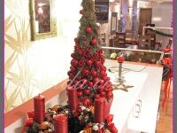 zestaw świąteczny, dekoracja świąteczna restauracji, choinka z ozdobami, wianek z czterema świecami, dekoracje bożonarodzeniowe, dekoracje świąteczne