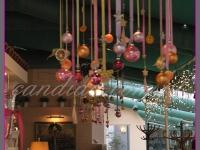 wianek świąteczny z ozdobami, dekoracje bożonarodzeniowe, dekoracje świąteczne