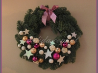 wianek bożonarodzeniowy z dekoracjami świątecznymi, dekoracje bożonarodzeniowe, dekoracje świąteczne