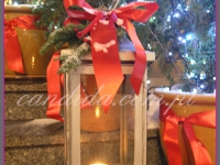 dekoracje świąteczne schodów, lampiony ze świecą, dekoracje bożonarodzeniowe, dekoracje świąteczne
