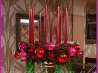 wianek świąteczny ze świecami na eleganckim naczyniu, dekoracja restauracji, dekoracje bożonarodzeniowe, dekoracje świąteczne