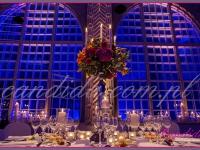 dekoracja sali jadalnej, stół udekorowany kandelabrem z kompozycją kwiatową i świecami, dekoracje eventowe, kwiaty dla firm