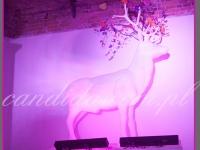 biały jeleń podświetlony na różowo, surrealistyczna dekoracja kominka, dekoracje eventowe, kwiaty dla firm