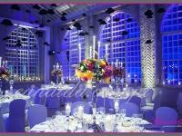dekoracja sali jadalnej, pod sufitem podwieszone meloniki, na stołach kandelabry z dekoracjami kwiatowymi i świecami,dekoracje eventowe, kwiaty dla firm
