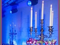dekoracja bufetu, kandelabr z wiankiem ze storczyków i świecami, dekoracje eventowe, kwiaty dla firm