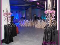 dekoracja wejścia, postumenty z kandelabrami, dekoracje eventowe, kwiaty dla firm