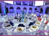 dekoracje eventowe w auli Politechniki, dekoracja stołów, szklane tuny ze storczykami i pływającymi świecami, dekoracje eventowe, kwiaty dla firm