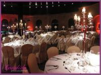 srebrne kandelabry ze świecami, dekoracje eventowe, kwiaty dla firm, dekoracje na event w Fortecy