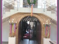 dekoracja wielkanocna, kandelabry z dekoracjami eventowymi na postumentach, wianek wielkanocny, dekoracje eventowe, dekoracje wielkanocne dla PGNIG