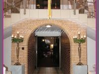 dekoracja wejścia, kandelabry na postumentach, wianek wielkanocny, dekoracje eventowe, dekoracje wielkanocne dla PGNIG