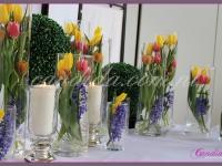 dekoracja wielkanocna bufetu, kompozycje kwiatowe w szklanych tubach, lampiony ze świecą, podświetlane kule z bukszpanu, dekoracje eventowe, dekoracje wielkanocne dla PGNIG
