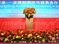 kompozycja kwiatowa mównicy, dekoracja kwiatowa wokół sceny, kompozycje z lilii, róż, goździków, gerber, margarytek, dekoracje eventowe przygotowane na Konferencję Biznesową w hotelu Hilton