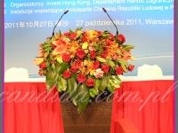 kompozycja kwiatowa mównicy, dekoracje eventowe przygotowane na Konferencję Biznesową w hotelu Hilton