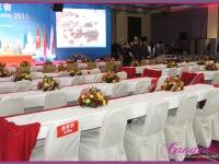 kompozycje kwiatowe na stoły VIP, dekoracje eventowe przygotowane na Konferencję Biznesową w hotelu Hilton