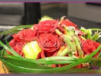 kwiatowa dekoracja stołu na sceniedekoracje eventowe, kwiaty na konferencję prasową BZ WBK z udziałem Kevin Spacey