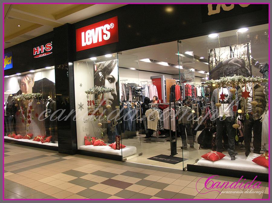 Dekoracja bożonarodzeniowa witryny sklepu Levi's Lee.