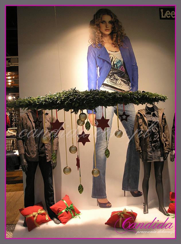 Dekoracja bożonarodzeniowa witryny sklepu Lee.