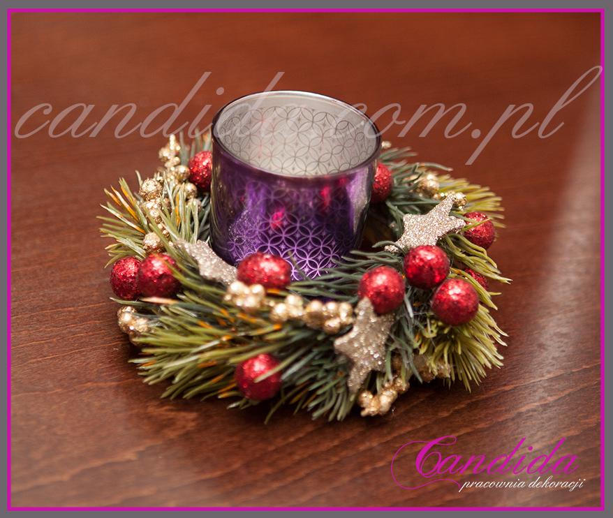 niewielka dekoracja świąteczna stołu w restauracji, tealight bożonarodzeniowy