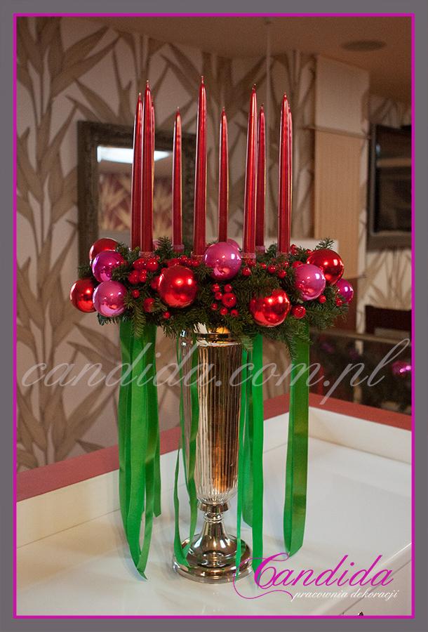 wianek świąteczny ze świecami na ekskluzywnym, metalowym naczyniu