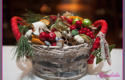 koszyk bożonarodzeniowy pełen ozdób świątecznych