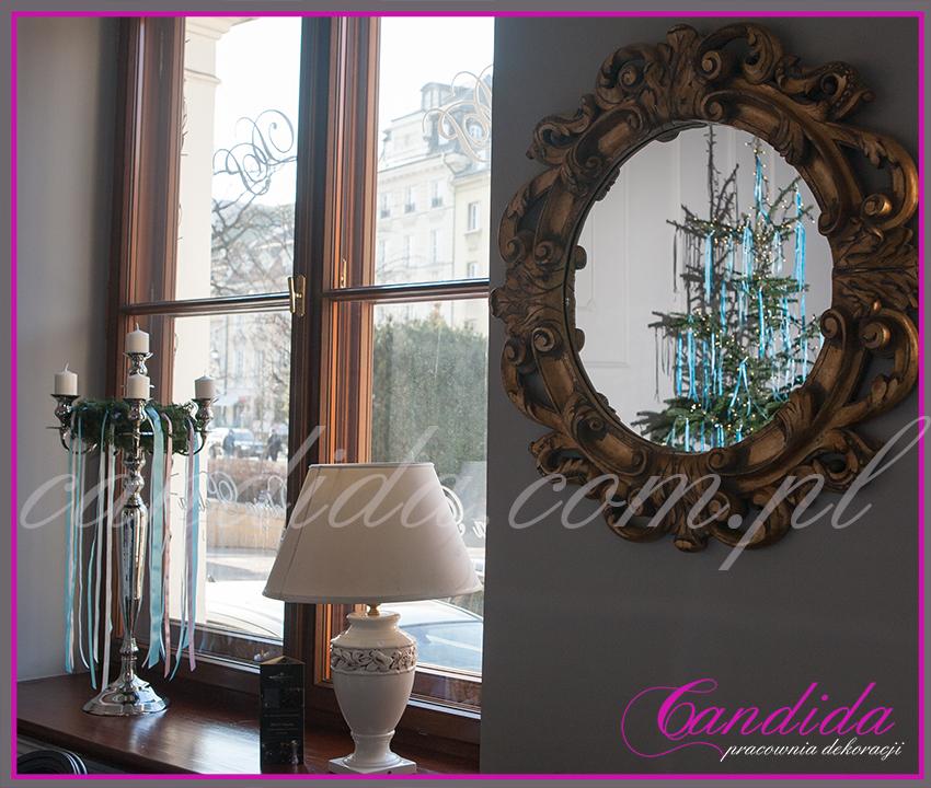 kandelabr ze świecami i wiankiem bożonarodzeniowym, w lustrze odbicie choinki