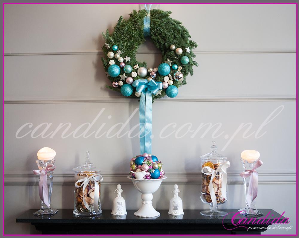 patera z ozdobami świątecznymi, ozdoba świąteczna kominka, wianek bożonarodzeniowy