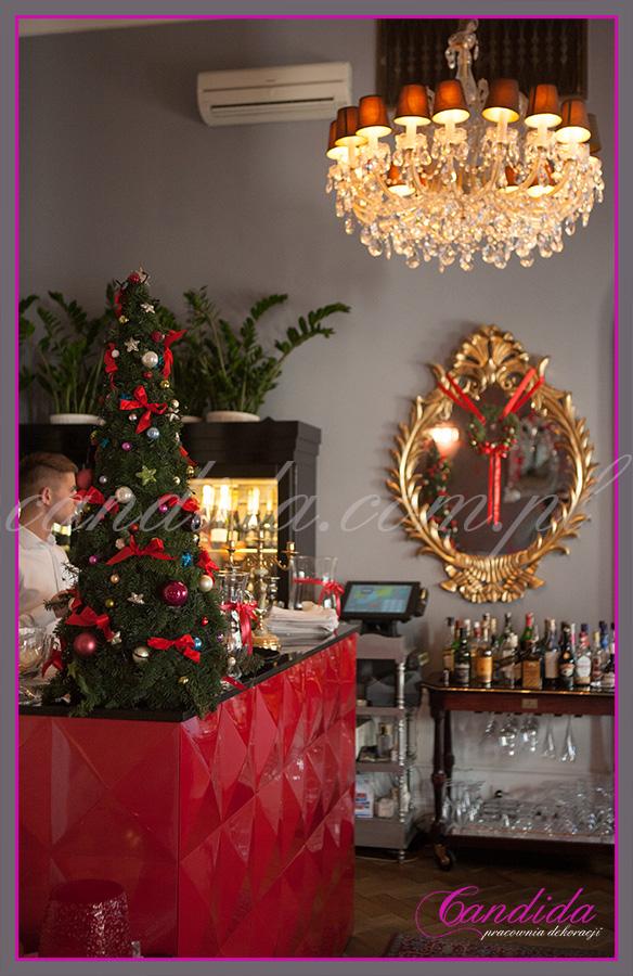 choinka dekoracja świąteczna baru w restauracji, wianek bożonarodzeniowy zawieszony na lustrze