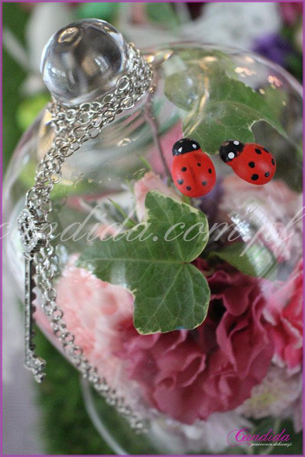 dekoracja kwiatowa stołu motyw przewodni Alicja w Krainie Czarów filiżanka z mchem i biedronkami