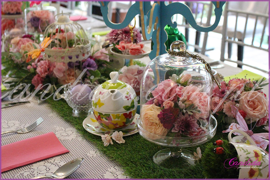 dekoracja kwiatowa stołu motyw przewodni Alicja w Krainie Czarów patery z kwiatami