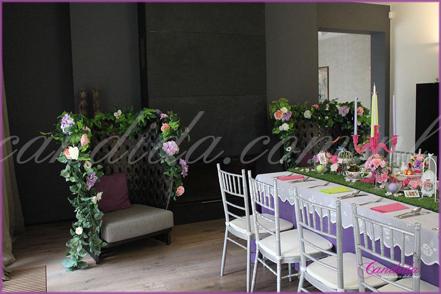 dekoracja kwiatowa stołu motyw przewodni Alicja w Krainie Czarów fotele w kwiatach