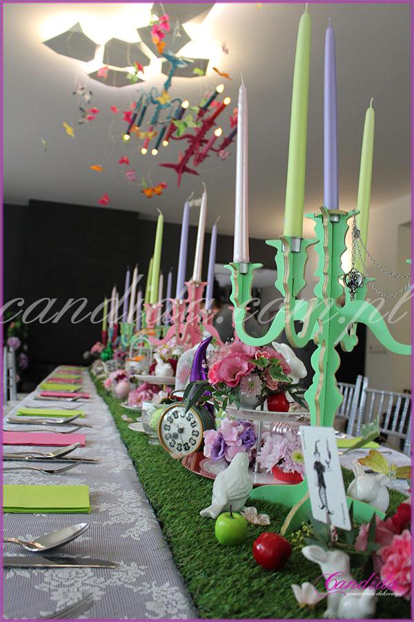 dekoracja kwiatowa stołu motyw przewodni Alicja w Krainie Czarów kolorowe świeczniki